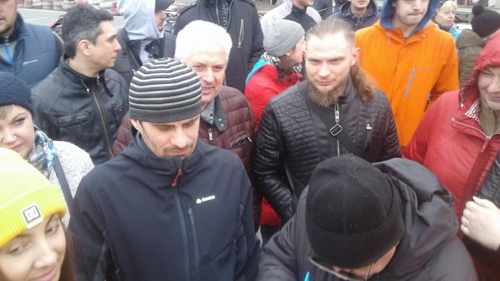 Омичи собрались у ДОСААФа и оставили подписи против сноса картодрома