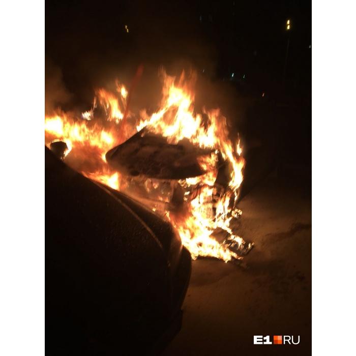 «Было несколько хлопков»: наВИЗе сгорели 4 автомобиля