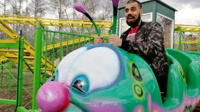 В омском парке открыли детский аттракцион «Большая гусеница»: тестирует 100-килограммовый журналист