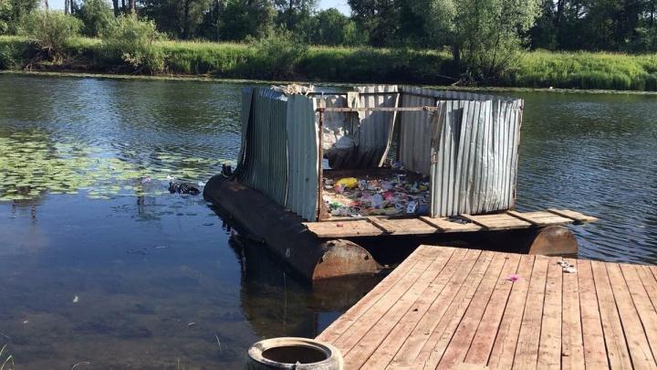 Самарцы обнаружили в поселке Власть Труда плавучую мусорную кучу
