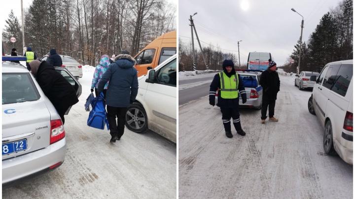 На тюменской трассе сломался рейсовый автобус. Пассажиров спасли мимо проезжавшие водители