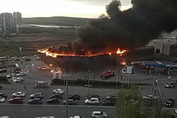 К девяти часам пожар полностью охватил кровлю здания