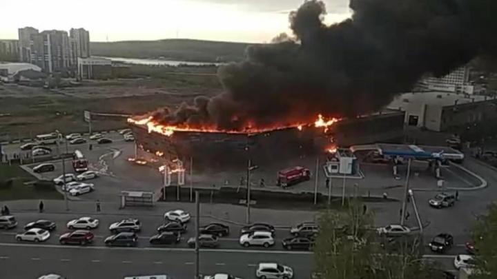 В Кемерово загорелся автосалон