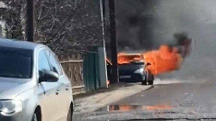 «Полыхнул на глазах»: в Волгоградской области в считаные минуты сгорел Ford Focus — видео