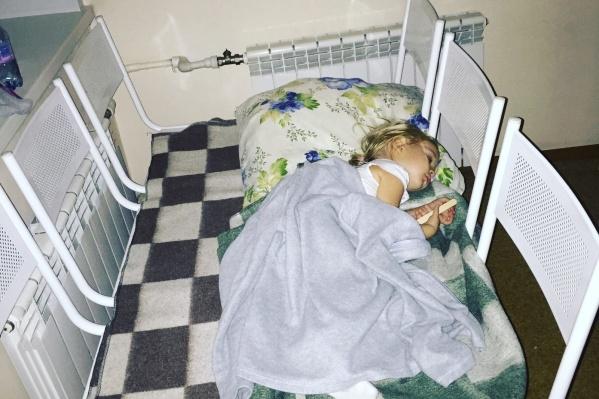 В первые часы после поступления в больницу дочка Марии спала на железных лавочках в предбаннике