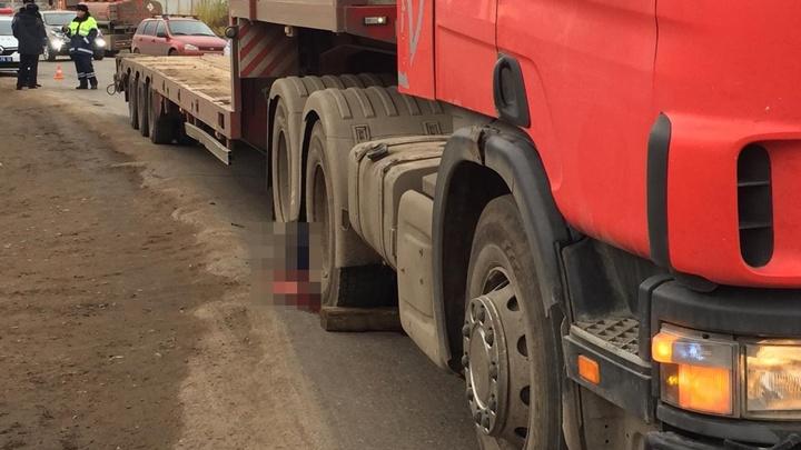 Подробности ДТП на Бирском тракте в Уфе: водителя придавил его же грузовик Scania