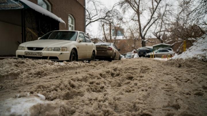 Репортаж с непроходимых улиц Новосибирска: как город погряз в сугробах и снежной каше