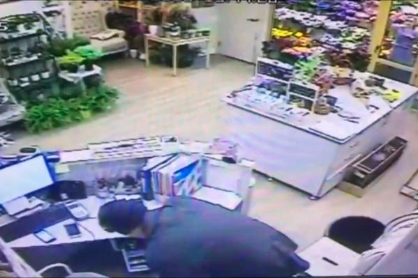Подозреваемый закрыл продавца в холодильнике и обчистил кассу цветочного магазина