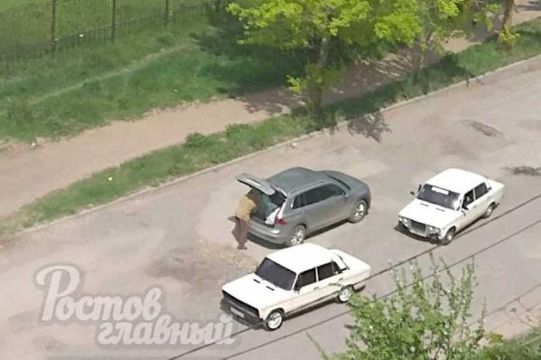 В Таганроге пенсионер песком засыпал ямы на улице, по которой часто ездит
