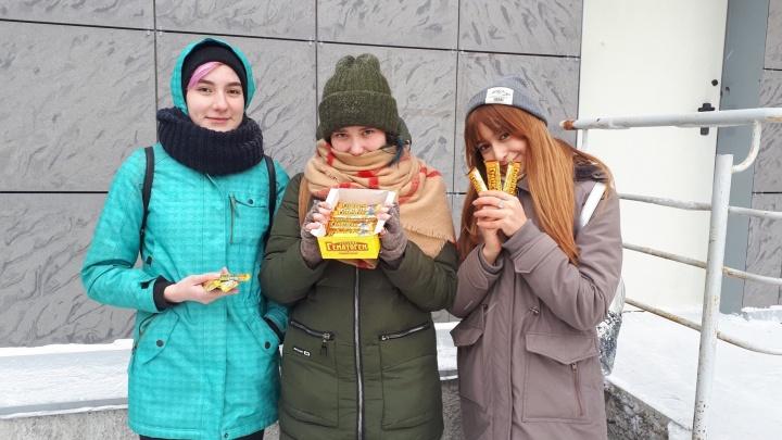 Курящие новосибирцы отдали студентам 20 пачек сигарет в обмен на гематоген