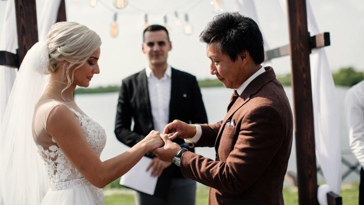 Свадьбу необычных молодоженов из Тюмени показали в телешоу на канале «Пятница». Смотрим выпуск