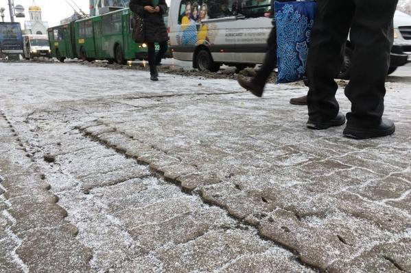 Теперь возле мэрии Новосибирска лежит неровный тротуар