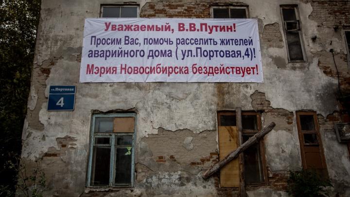 «Сказали, что может упасть на людей»: с дома, на который жаловались Путину, сбили штукатурку