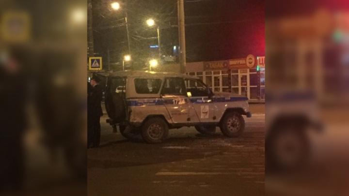 Ехали на заявку с сиреной: в Челябинске легковушка налетела на полицейский УАЗ
