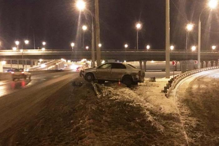 Машину отбросило в снег, а затем в столб