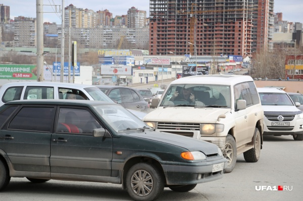 Лихачи очень мешают двигаться машинам, которые едут по улице Кирова прямо. Но это их не останавливает