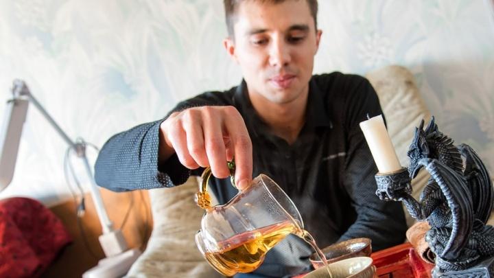 «Не понимаю, зачем заваривать пакетики»: работник челябинского завода устраивает чайные церемонии