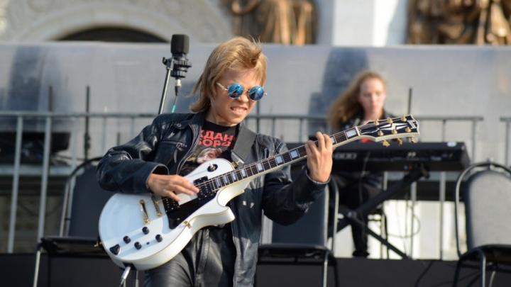 Прославил «Родину»: юный челябинец виртуозно сыграл на гитаре в профессиональном клипе