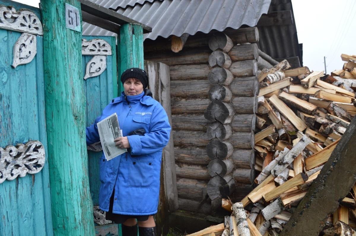 На маленькой почте Ирина и почтальон, и начальник, и техничка, и кочегар —она топит печь, чтобы здание почты не промерзало