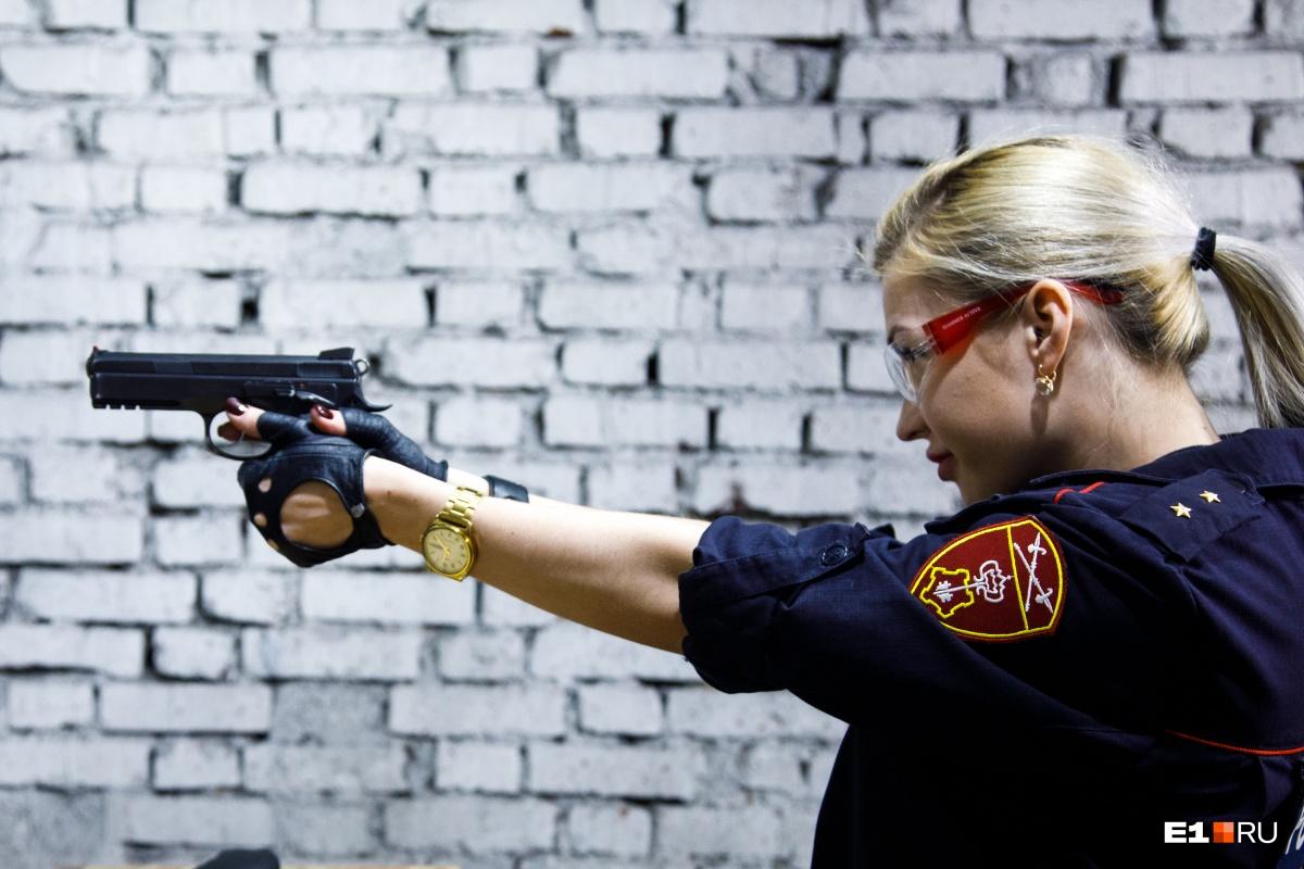 Анна регулярно сдает нормативы по стрельбе из боевого оружия