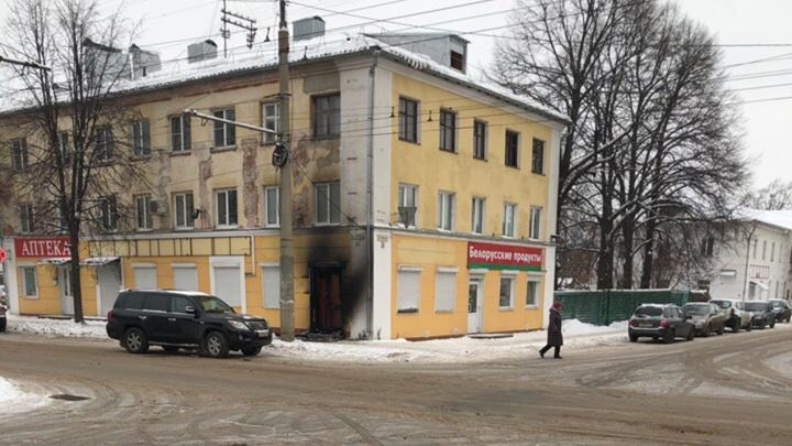 «На карачках ползли по подъезду и босыми выбегали на улицу»: в Рыбинске загорелся жилой дом