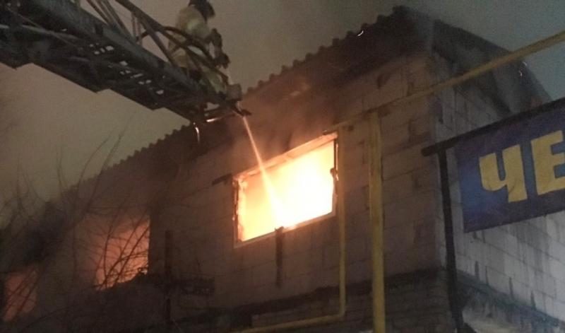 Два человека пострадали на пожаре, их доставили в больницу