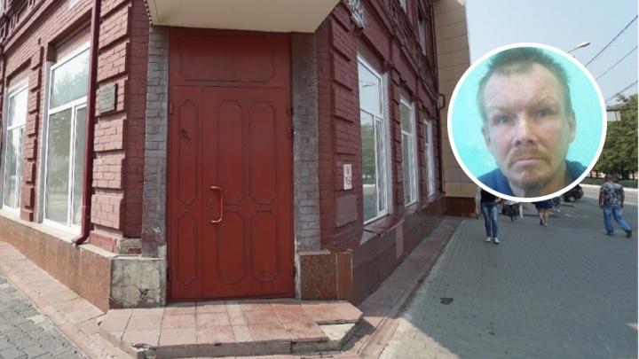 Бездомного, которого пинала на крыльце Росреестра чиновница, увезли в центр социальной адаптации
