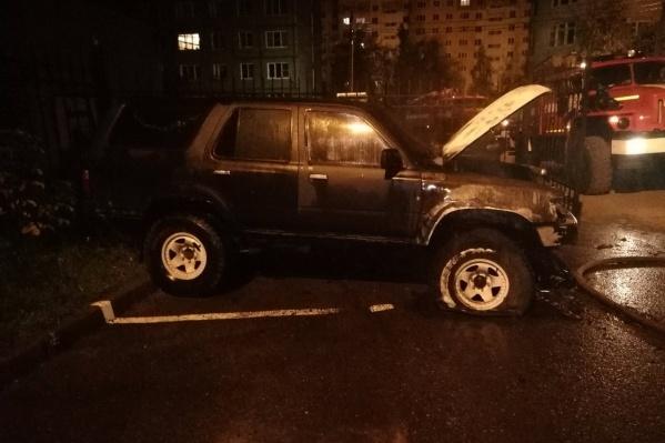 Машина стояла на парковке в закрытом дворе