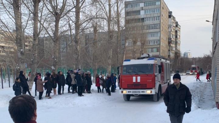 Из челябинской школы эвакуировали 700 человек