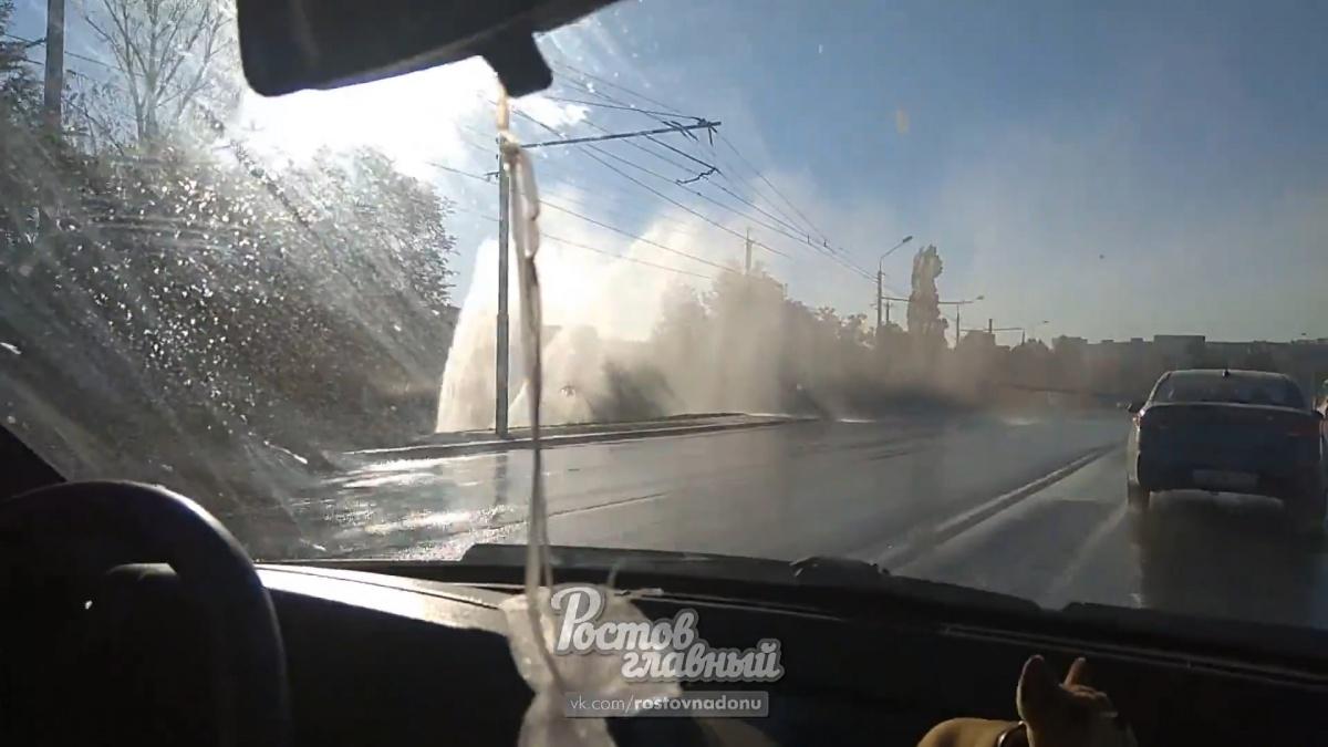 Коммунальное ЧП на Северном: 12-метровый гейзер заливает дорогу