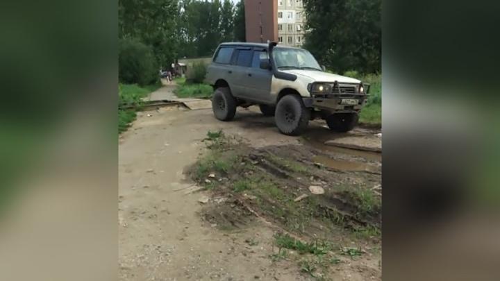У этого дядьки слишком крутой джип: ярославцы пристыдили автохама в своём дворе