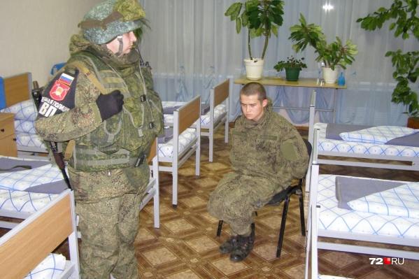 Рамиля Шамсутдинова задержали до приезда военной полиции. Руки и ноги ему связали портупеями