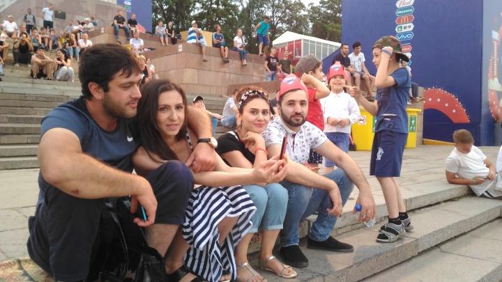 Прохлада, дождь и футбольные страсти: в Волгограде после перерыва ожила фан-зона