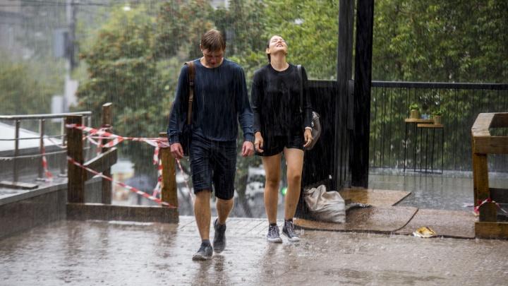 Улицы Новосибирска затопило внезапным ливнем