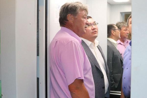Пользуясь случаем, Урал Кильсенбаев (в центре) испытал лифтера на оперативность