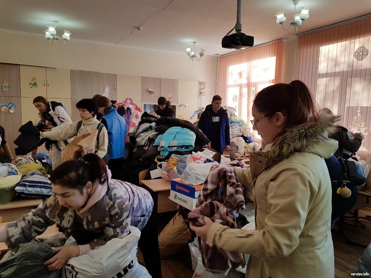 Люди несут одежду в штаб в магнитогорской школе № 14