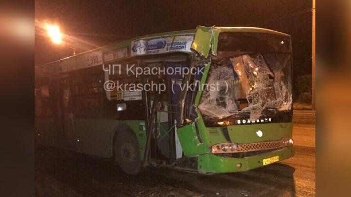 Водитель после смены врезался в КАМАЗ и разбил пассажирский автобус