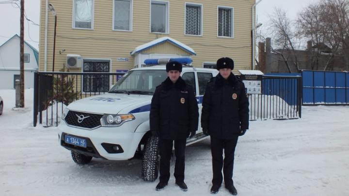 Тушили одежду снегом: в Зауралье полицейские спасли из огня мужчину
