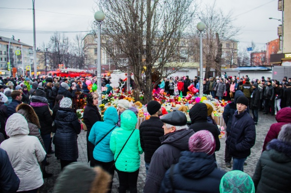 К месту происшествия кемеровчане проносят цветы и игрушки