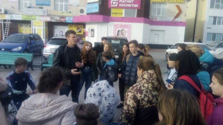«Я не прячусь»: учитель, уволенный за срыв на уроке, встретился в Боровском с учениками и родителями