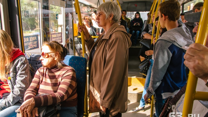Минтранс попросил перевозчика пустить большие автобусы до «Кошелев-парка»