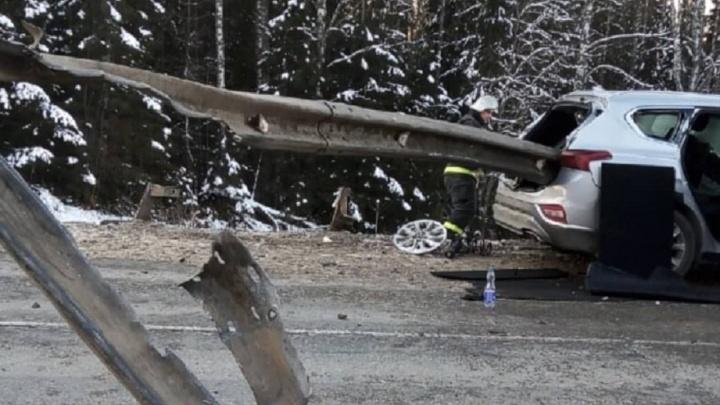Машину проткнуло насквозь. На трассе в Прикамье Hyundai налетел на металлическое ограждение
