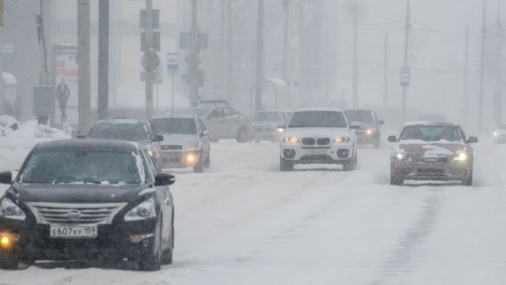 Пермяков просят отказаться от поездок по городу на автомобилях из-за сильного снегопада