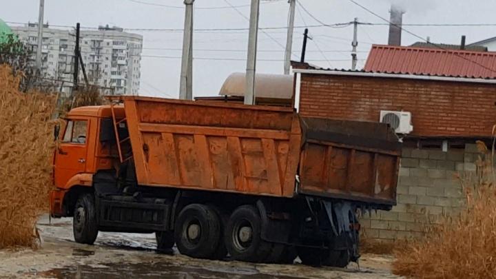«Вылил гудрон в камыши»: волгоградец помог задержать водителя КАМАЗа, измазавшего вторую продольную