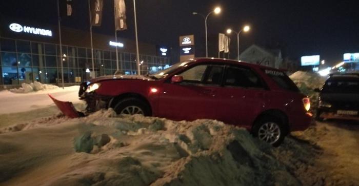 Из-за колеи Subaru вынесло в сугроб