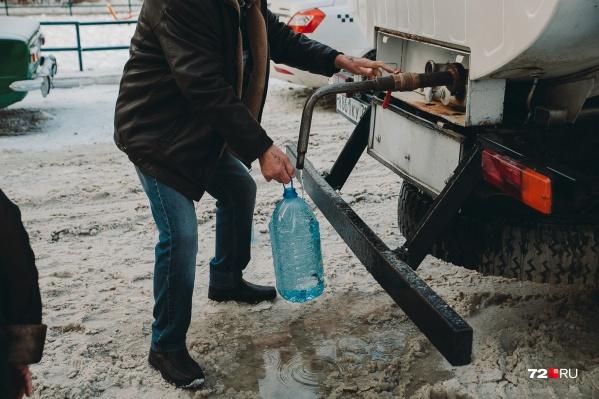 Для жильцов этих домов уже организовали подвоз воды. Рассказываем, где стоит эта машина