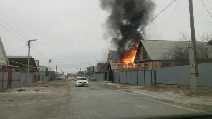 Пожар после взрыва: в Башкирии сгорел гараж вместе с автомобилем