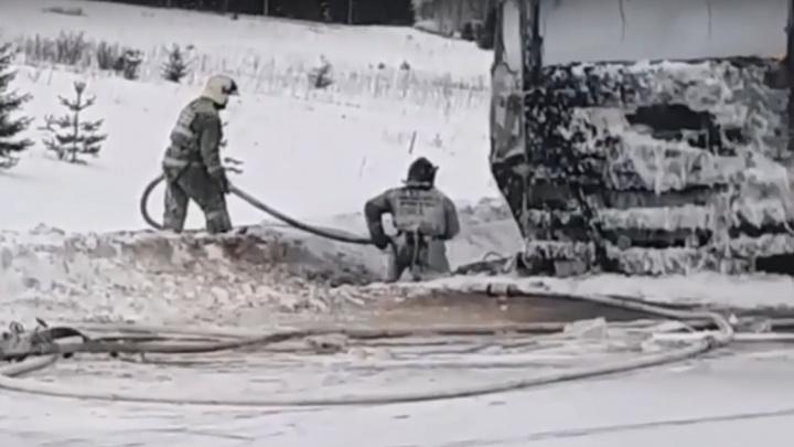 В Прикамье фура сгорела на трассе во время движения. Видео