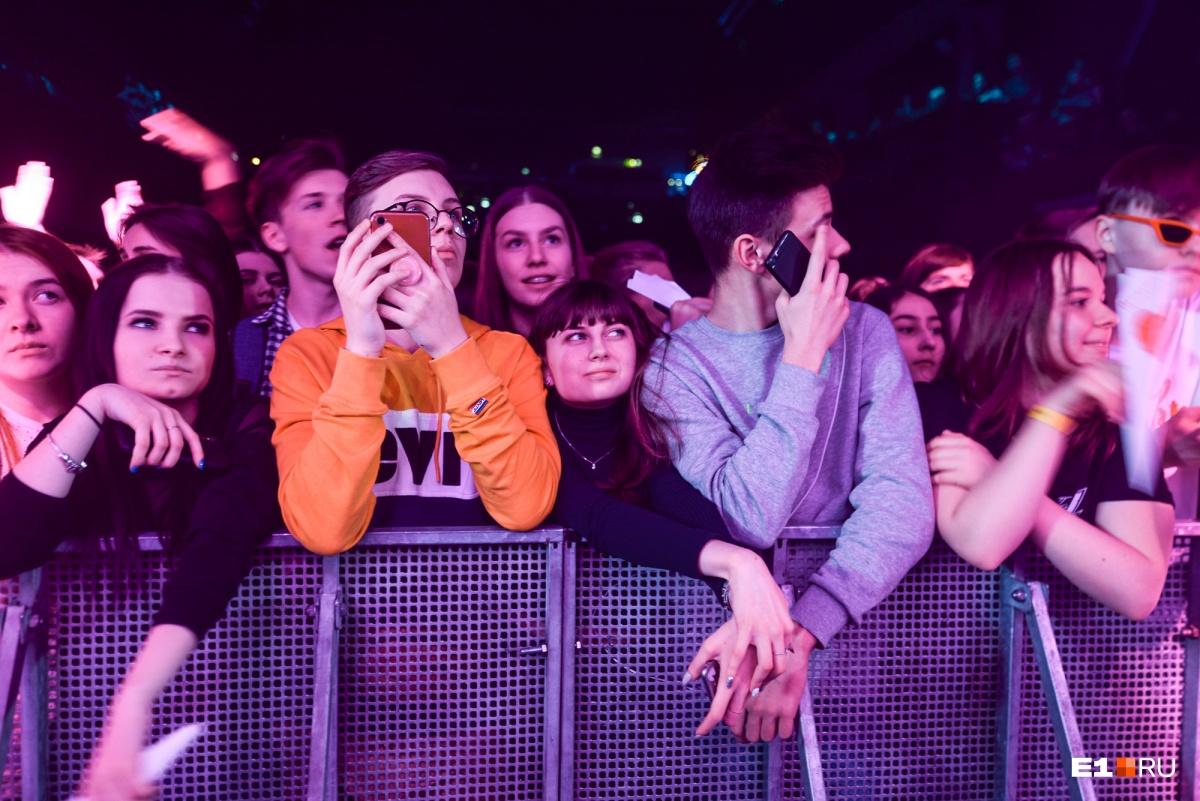 Те, кто хотел подобраться к звезде поближе, приходили на концерт заранее