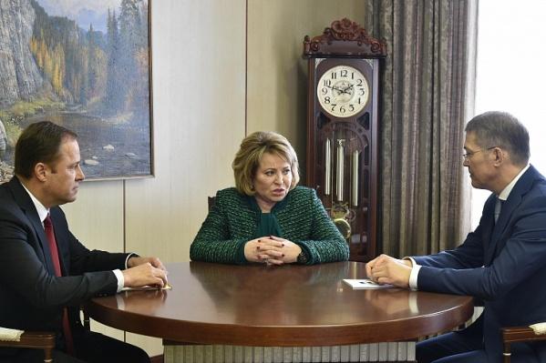 Игорь Комаров (слева) и врио главы региона Радий Хабиров (справа) встретили гостью лично